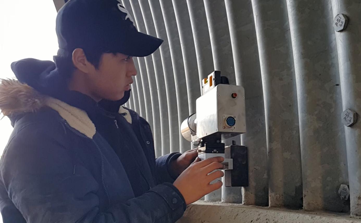 터널 내공 변위 측정장치 - 현장 사진 1, 터널의 안쪽 측정위치에 설치 모습 convergence measurement