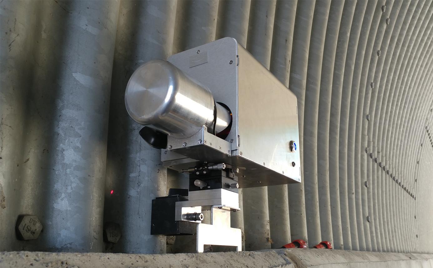 터널 내공 변위 측정장치 - 현장 사진 2, 측정위치에 설치후 초기 측정중 모습 convergence measurement