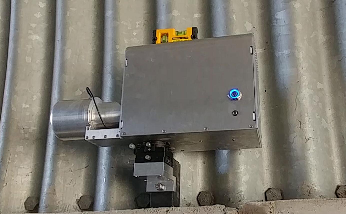 터널 내공 변위 측정장치 - 현장 사진 3, 마그네틱 베이스 모델을(파형강판에 부착) 설치후 수평계를 이용해 수평 맞는지 확인 convergence measurement